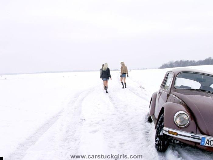 car-stuck-girls-20