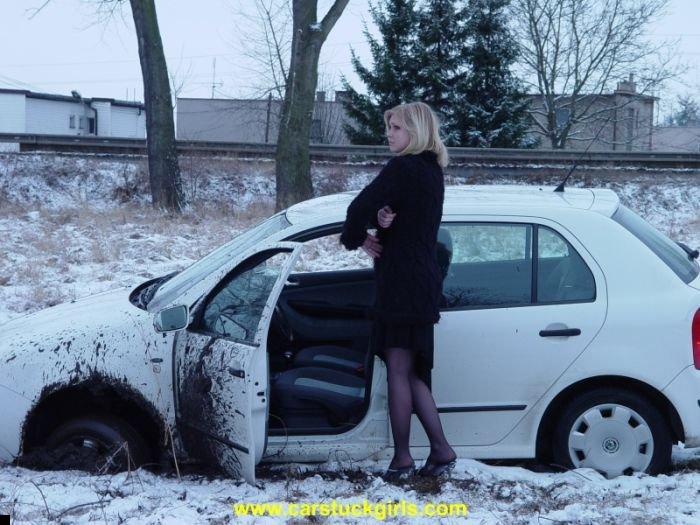 car-stuck-girls-23