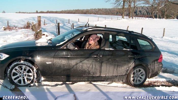 car-stuck-girls-27