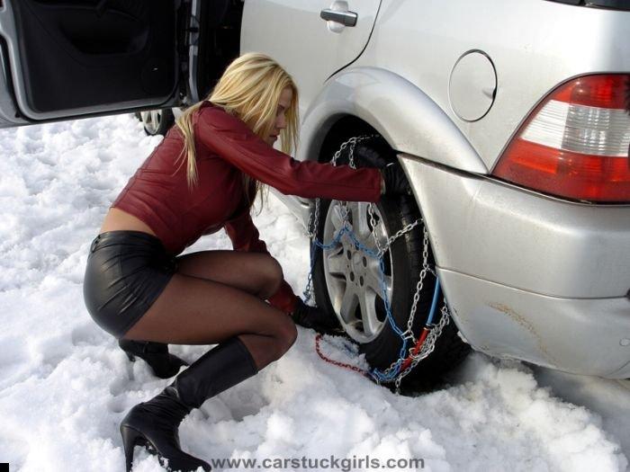 car-stuck-girls-31
