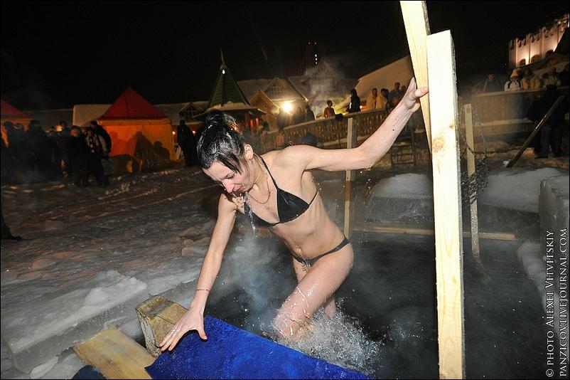 Фото купание крещение голая грудь