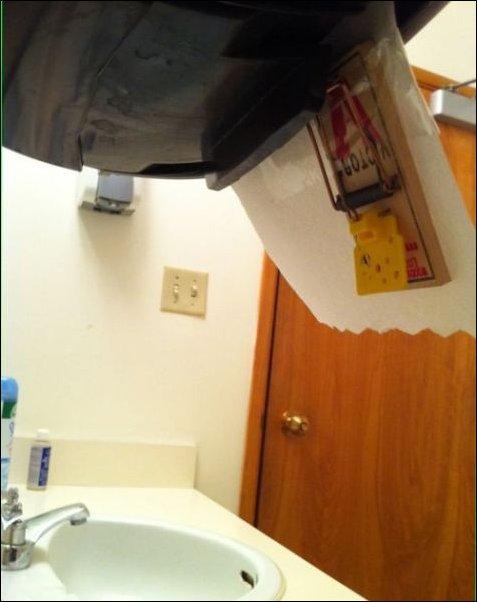 Розыгрыш в туалете