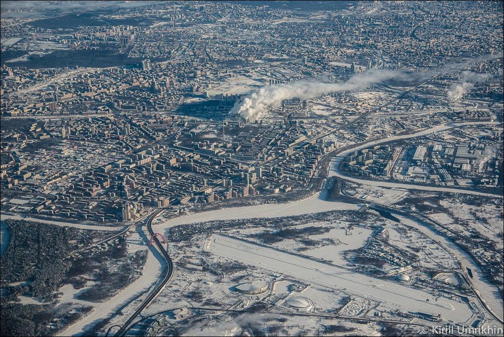 Зимняя Москва из иллюминатора самолета