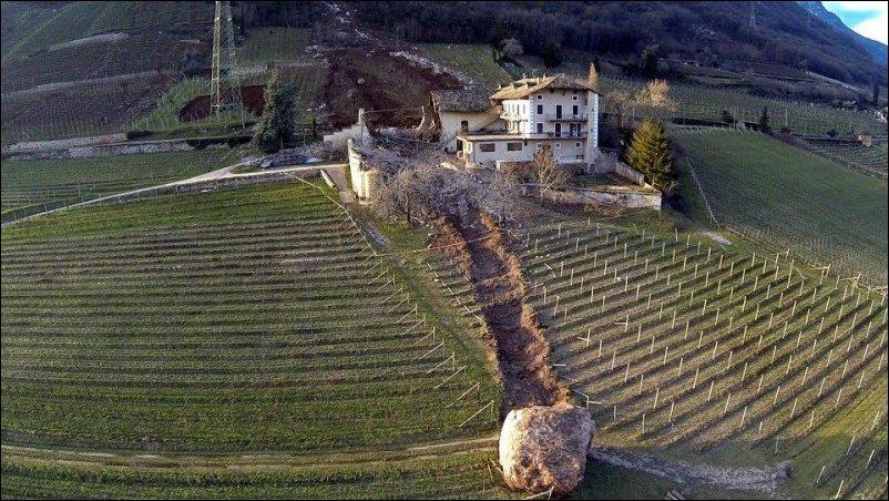 С горы скатился камень