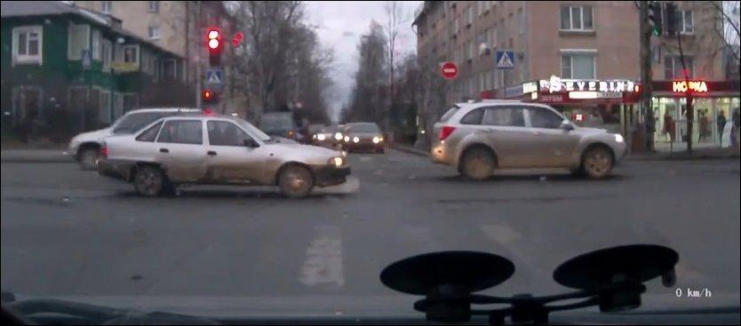 Машина загорелась на перекрестке