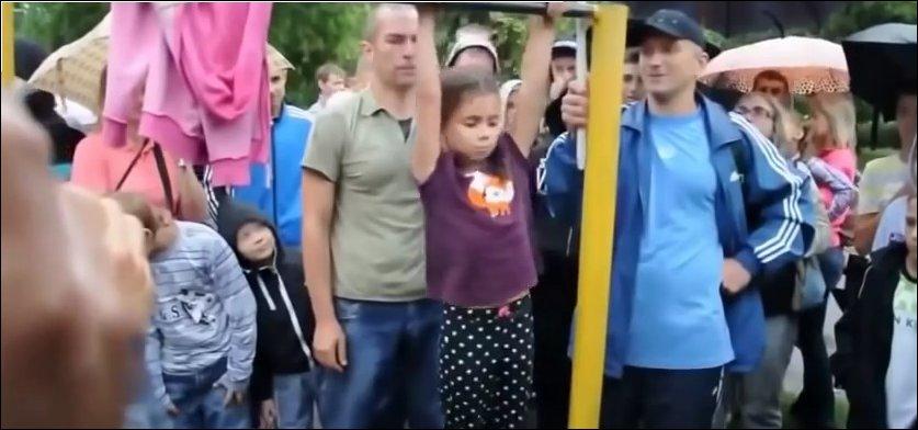 Девочка на турнике