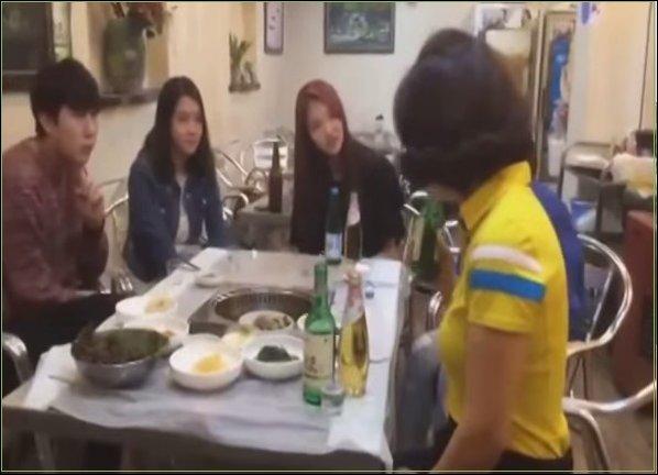 Китаянка разливает водку