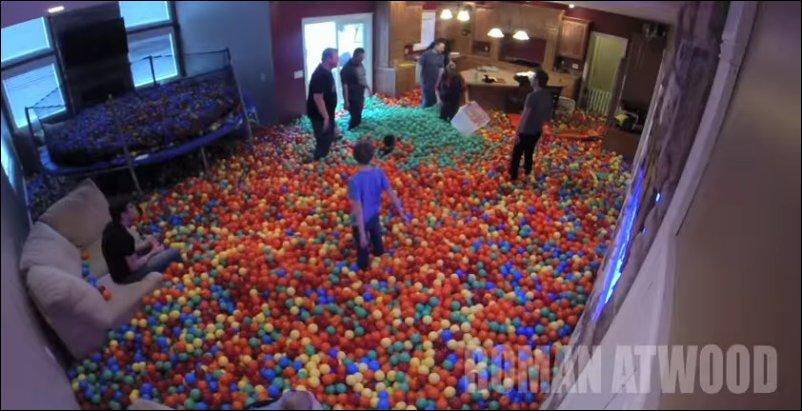 Полный дом пластиковых шаров
