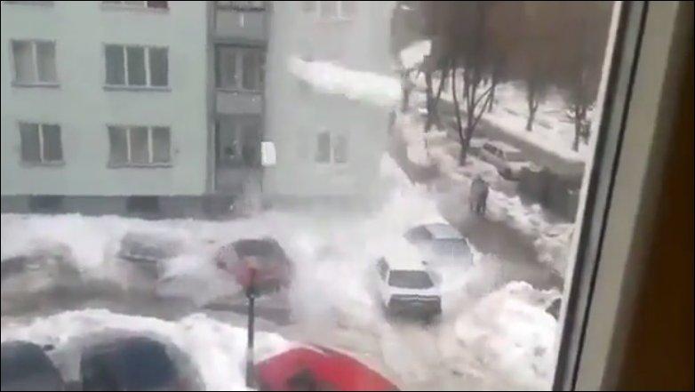 Снег с крыши упал на машины