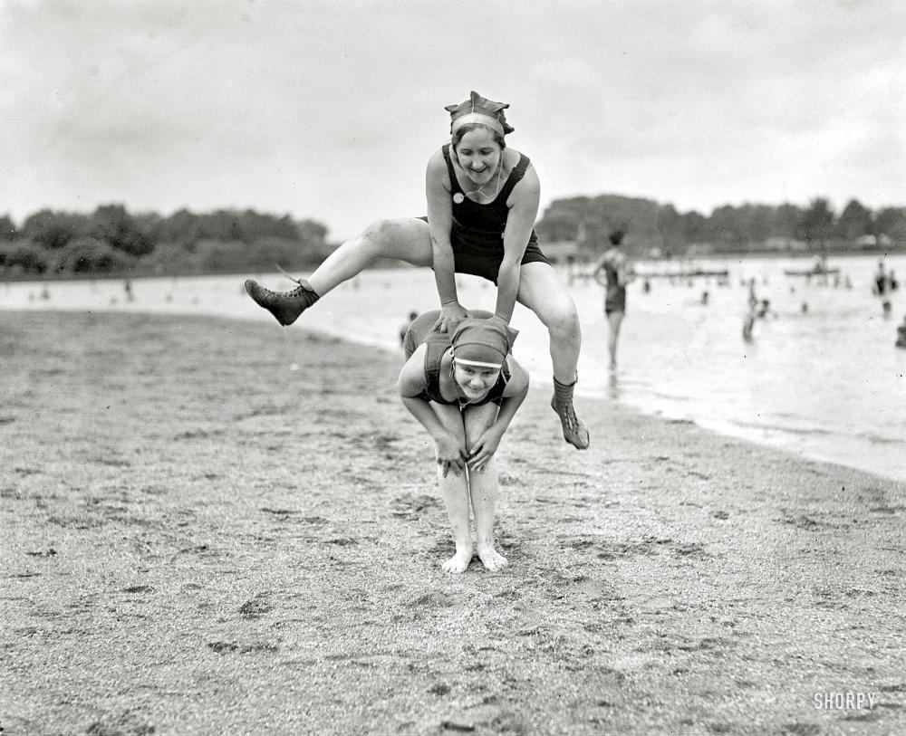 Старые бабки на пляже 11 фотография