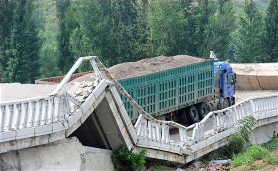 Перегруженый грузовик обрушил мост