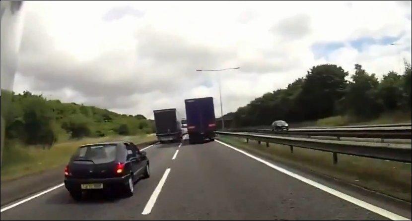 Мотоциклист на большой скорости попытался проехать между двух грузовиков