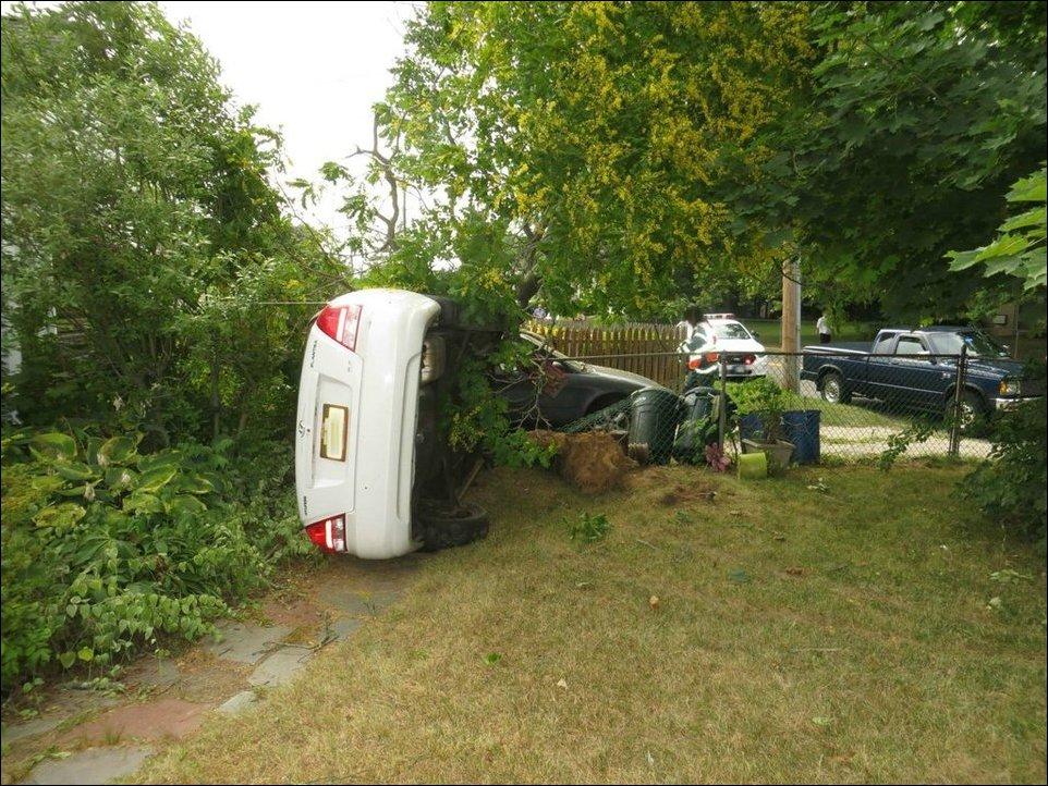 Лихач протаранил забор, сломал дерево и врезался в припаркованный автомобиль