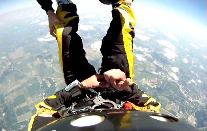Экстремальный прыжок с парашютом в наручниках