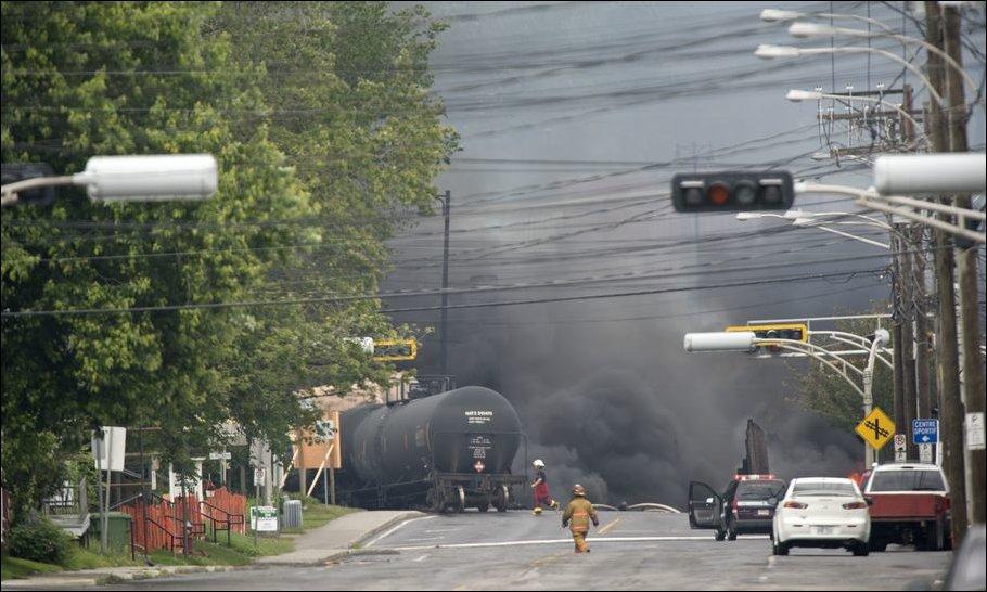 Поезд с нефтью сошел с рельс