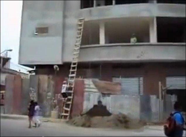 Необычный способ поднять ведро с песком на четвертый этаж