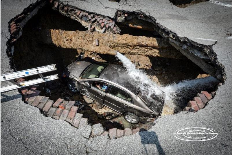 Женщина на автомобиле провалилась в яму