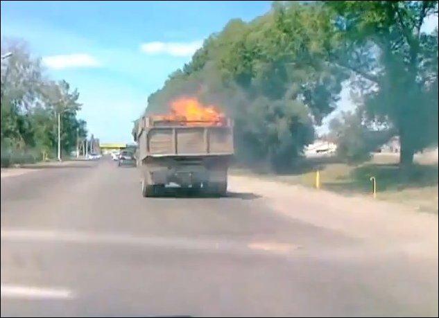 Горящий грузовик едет по улицам города