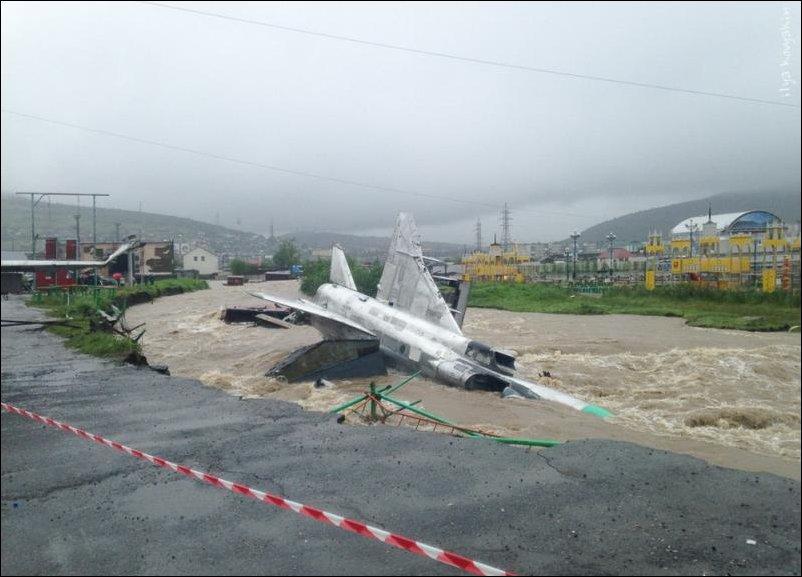 Наводнение в Магадане. Два Су-17 рухнули в реку