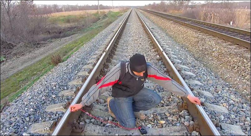 Как зарядить телефон от железнодорожных рельс