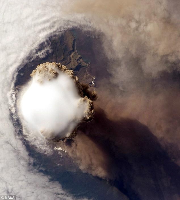 sarychev-peak-volcano-eruption-02