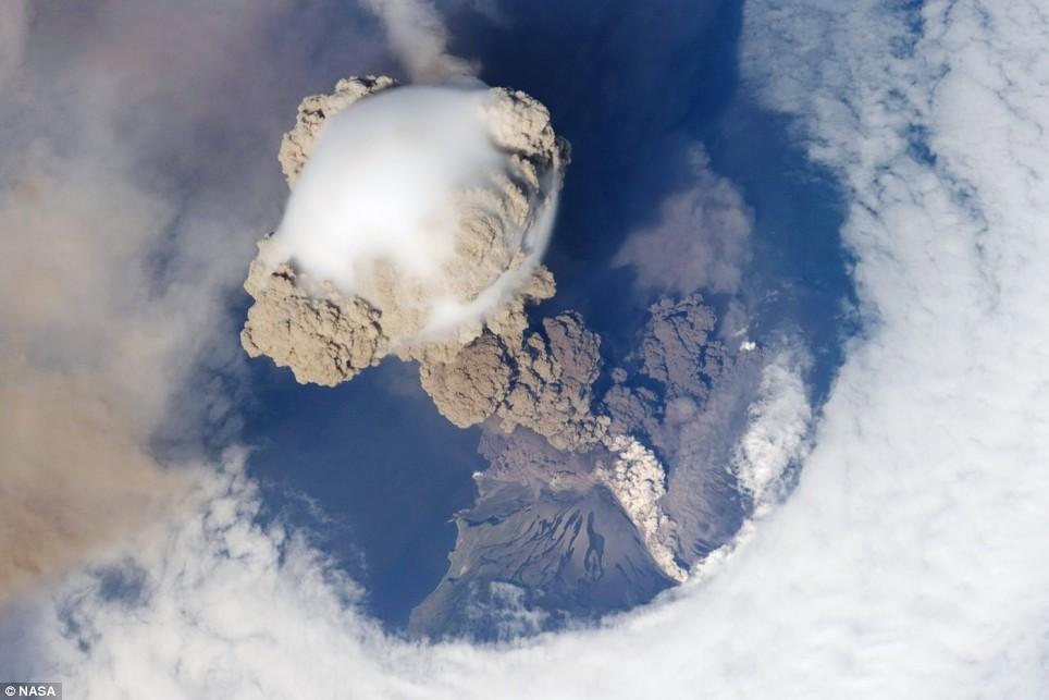 sarychev-peak-volcano-eruption-06