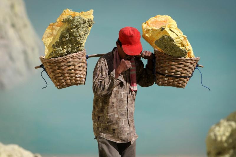 sulfur-mining-indonesia-01