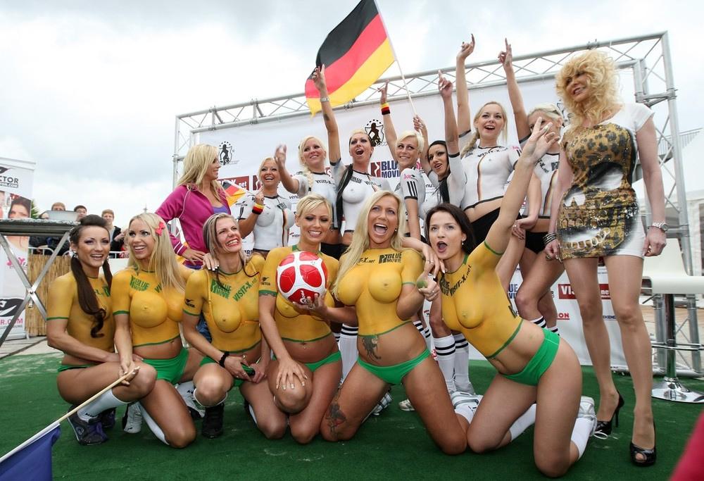Картинки Голые Девушки Играют В Футбол