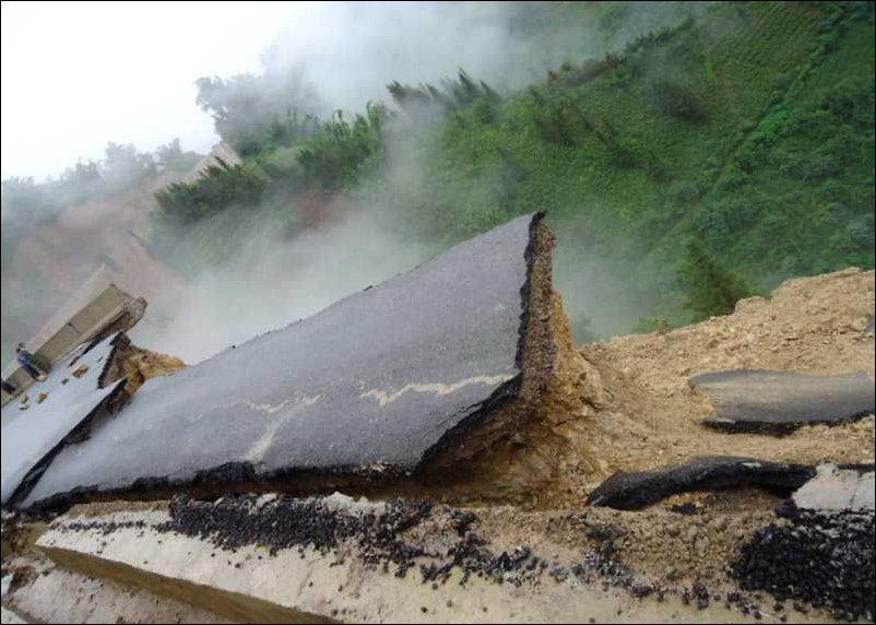 Китайская дорога обвалилась