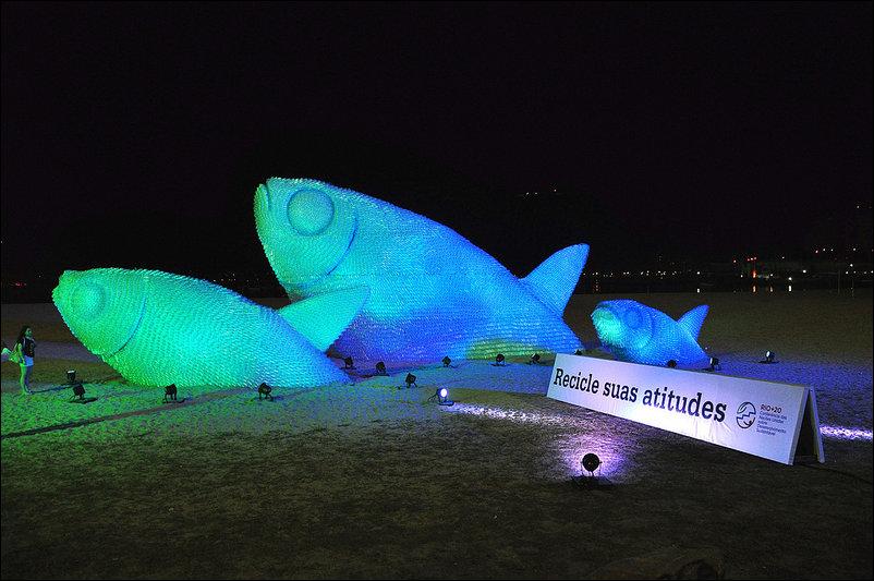 Гигантские рыбы, сделанные из пластиковых бутылок