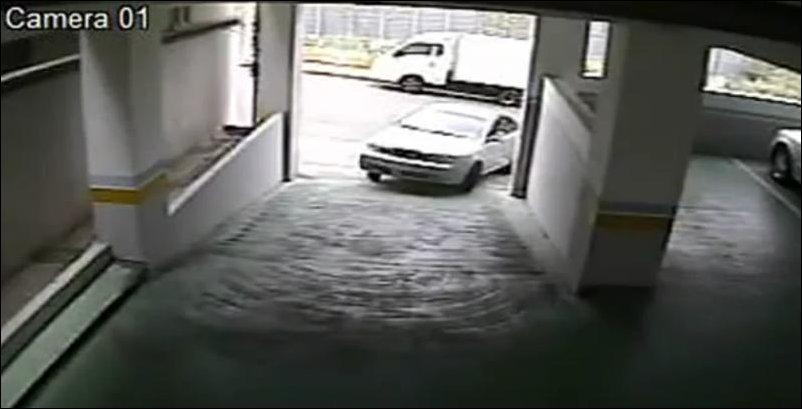 Женщина заезжает на парковку