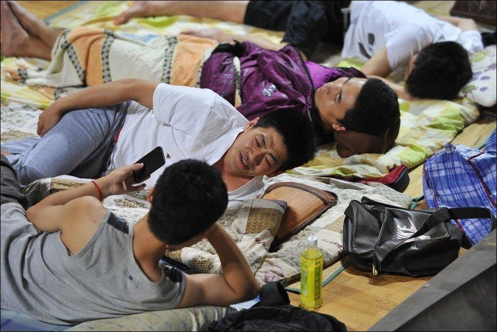 Китайские студенты спасаются от жары ночуя в спортзале