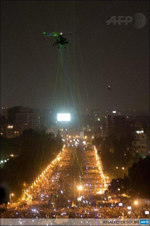 Египтяне лазерными указками светят в правительственную вертушку