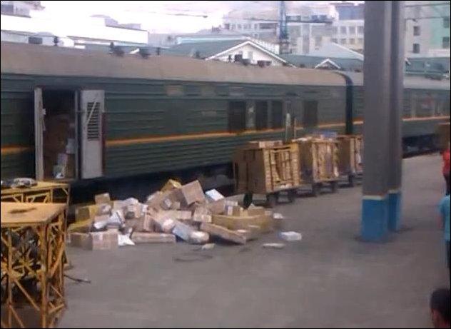 Разгрузка почтового вагона в Новосибирске