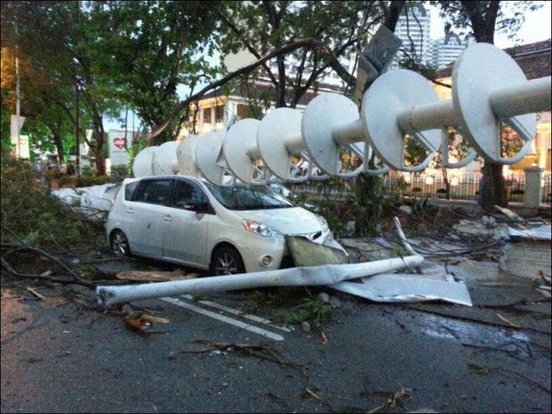падение 48-метрового шпиля с небоскреба в Малайзии