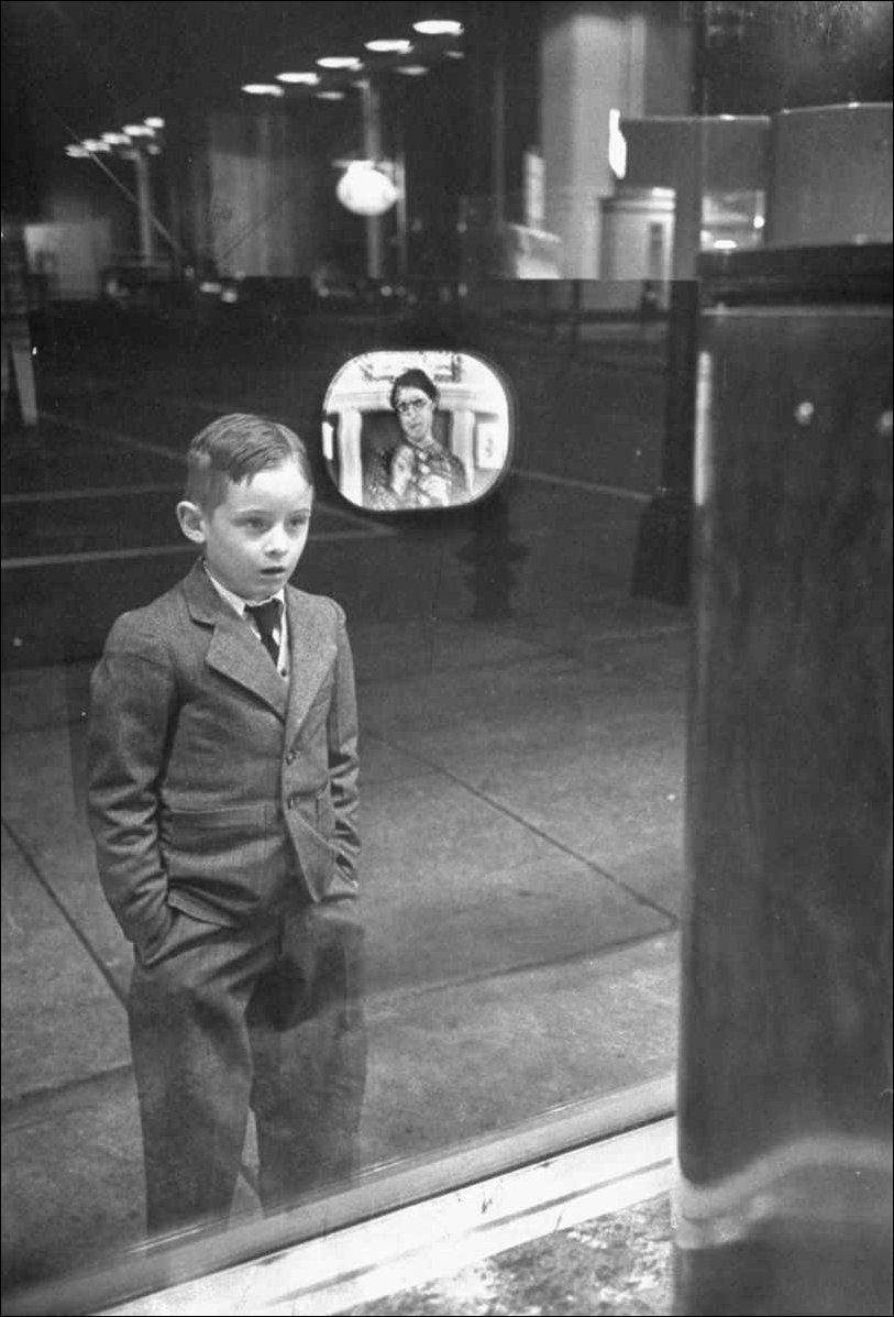 Мальчик впервые увидел телевизор. 1948 год.