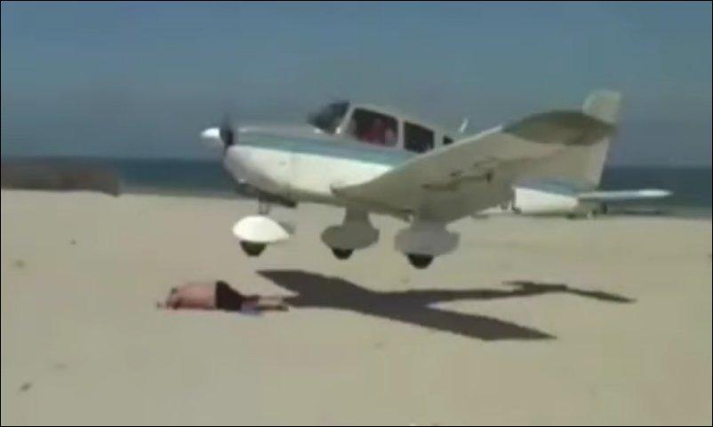 Самолет едва не зацепил загорающего на пляже мужика