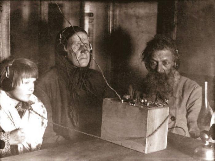 Семья крестьянина Воронова слушает радио 1928 год