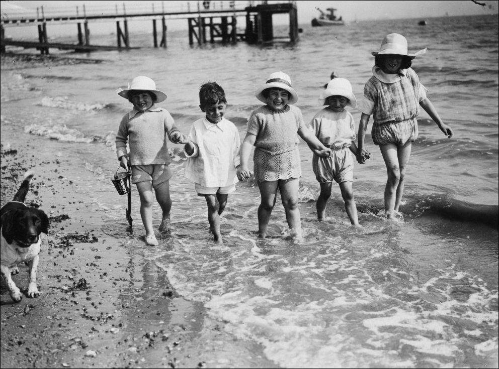 на пляже 100 лет назад