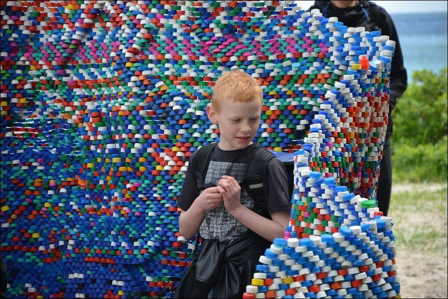 Конструкция из пластиковых крышек от бутылок