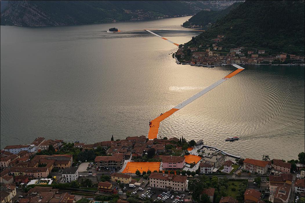 плавающая пешеходная дорожка на озере Изео