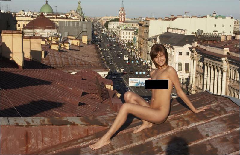 девушки голые на крыше фото