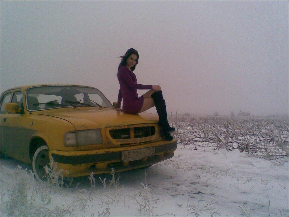 Девушка и желтая Волга