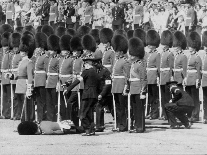 Обмороки на парадах и церемониях