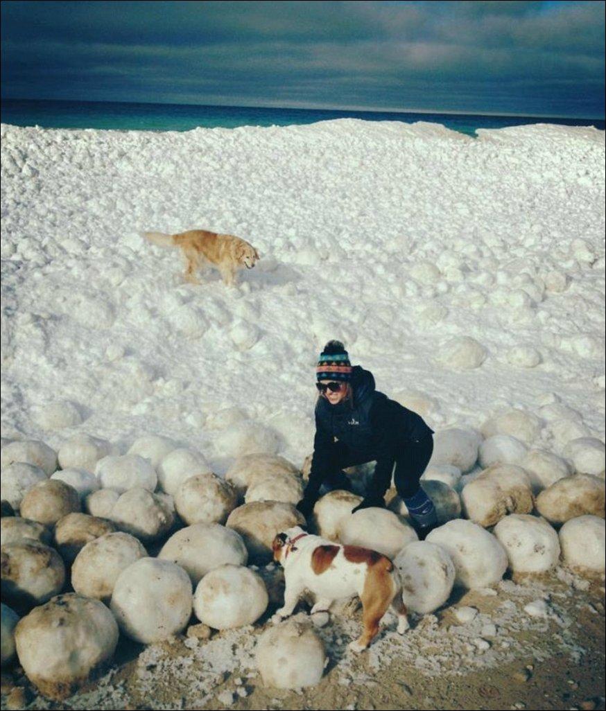 Ледяные шары на озере