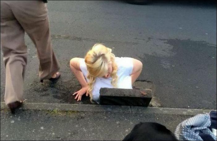 Блондинка уронила айфон