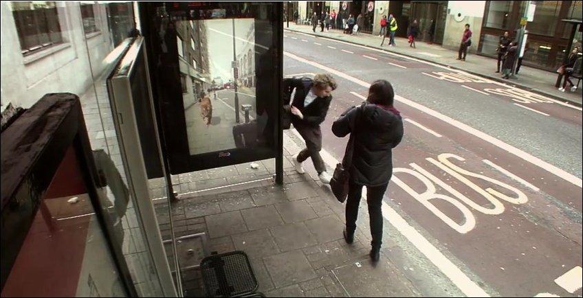 Розыгрыш на автобусной остановке