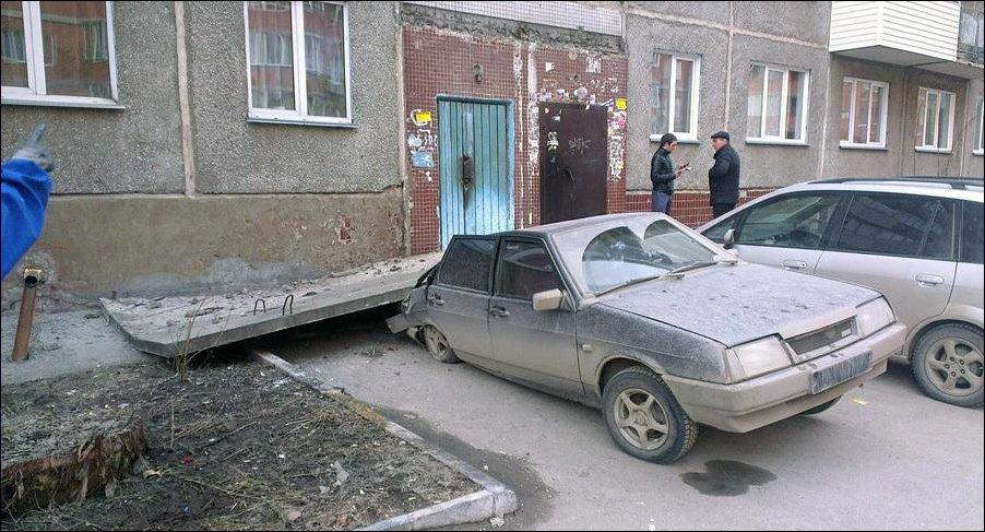 Козырек подъезда упал на ВАЗ