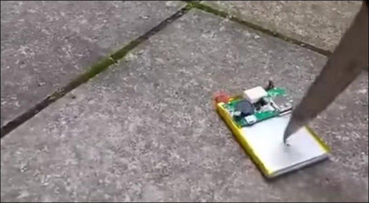 Что будет если проткнуть аккумулятор мобильника ножом