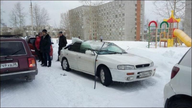 Лед упал на крышу авто